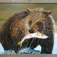 Bruine beer met zalm: € 275,- Acryl op plaat. Vooraf aangebracht reliëf. B x H = 106 x 67cm